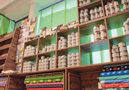 Im Dorfladen gibt es neben frischen Wurstspezialitäten der Metzgerei Schmieger auch Tafelgerichte sowie Meterware an Stoff.