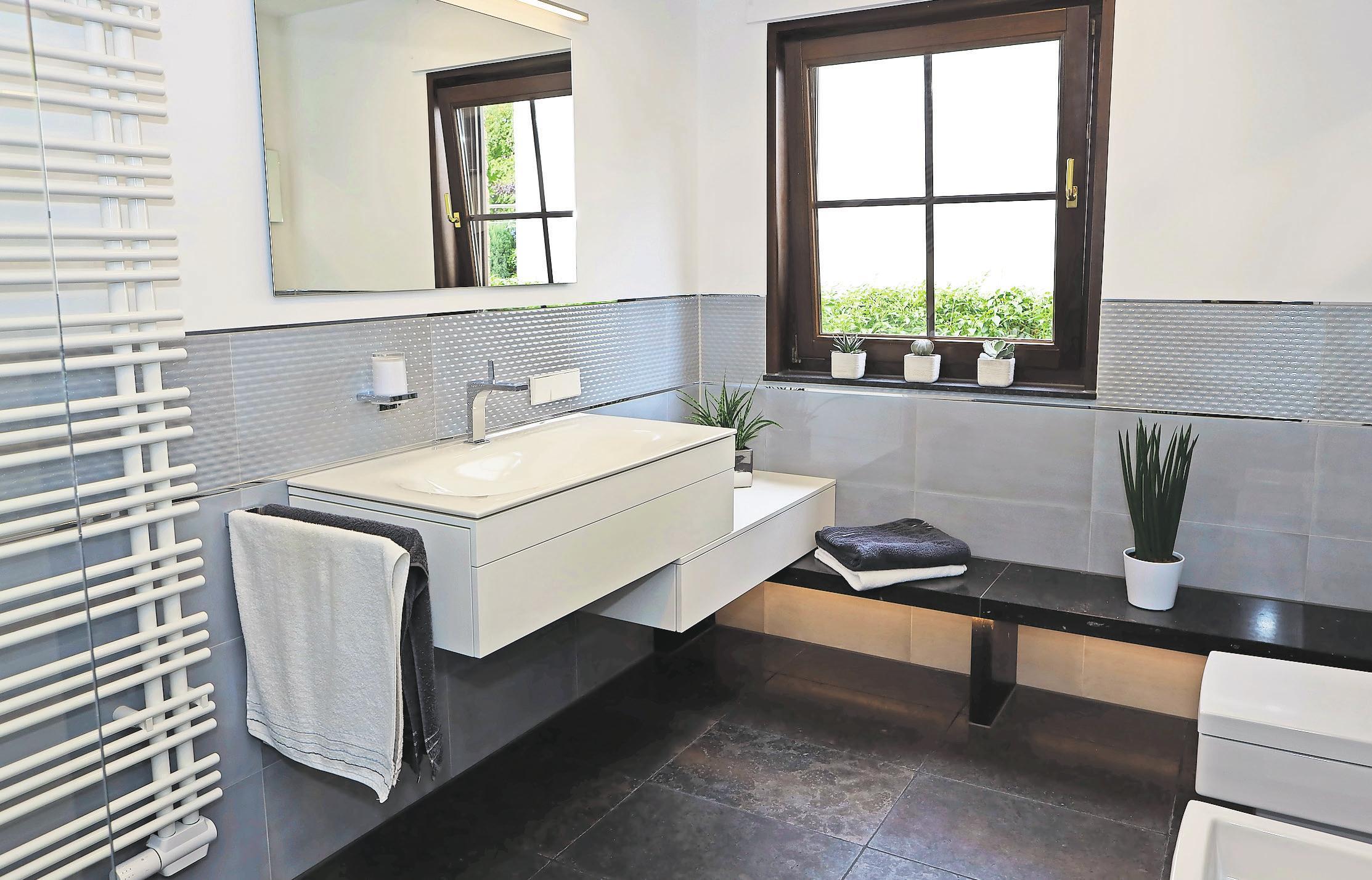 Besondere Details machen das Bad einzigartig, zum Beispiel der Schrank, der millimetergenau auf der Bank aufliegt.