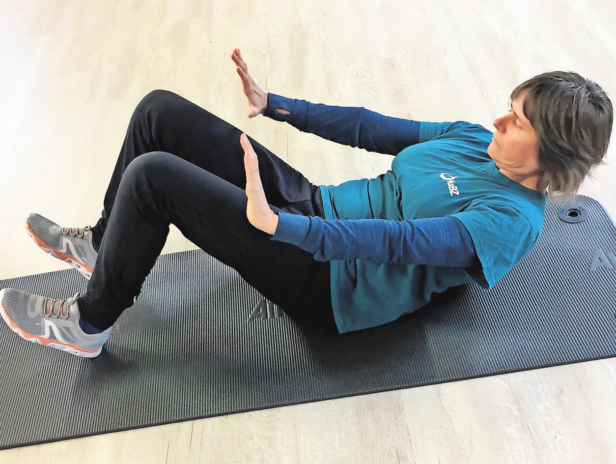 Pausenübung Nummer drei: Hier geht es wieder vor allem um den Bauch. Rückenschmerzen deuten nämlich auch auf schwache Bauchmuskeln.