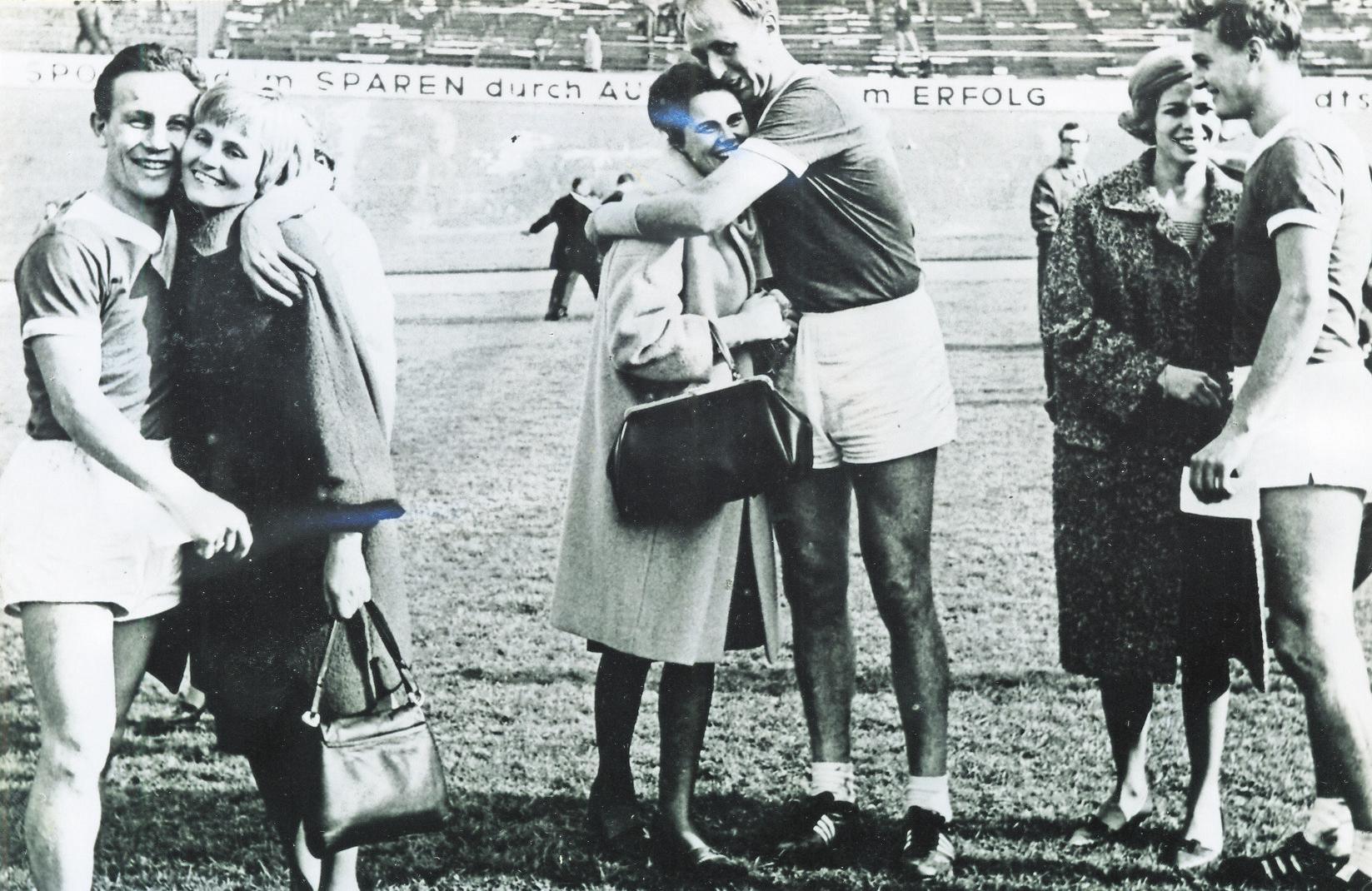 Das sieht heute im Fußball oft ganz ähnlich aus: Die Wolfsburger Meisterspieler feiern den Titel auf dem Feld mit Frauen und Freundinnen.