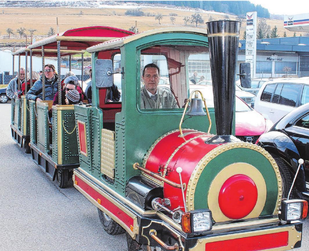 Die Bimmelbahn bringt die Besucher am Verkaufsoffenen Sonntag wie in Vorjahren von einem Ende der Stadt zum anderen.