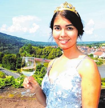 """Weinprinzessin Lena Dornbusch freut sich auf viele Besucher der Homburger """"Schoppen-Olympiade""""."""