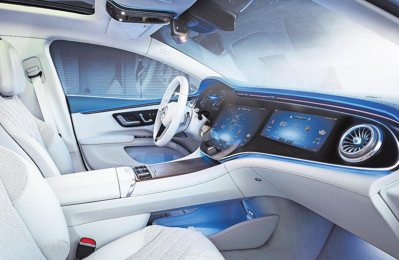 Weil man es eben kann: Drei Bildschirme bilden das Hirn des Mercedes EQS. Bild: PD