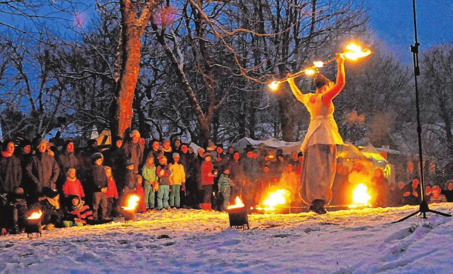 Im Dunkeln kommen die Feuershow-Vorführungen bei den Besuchern der Weihnachtszeitreise besonders gut an.