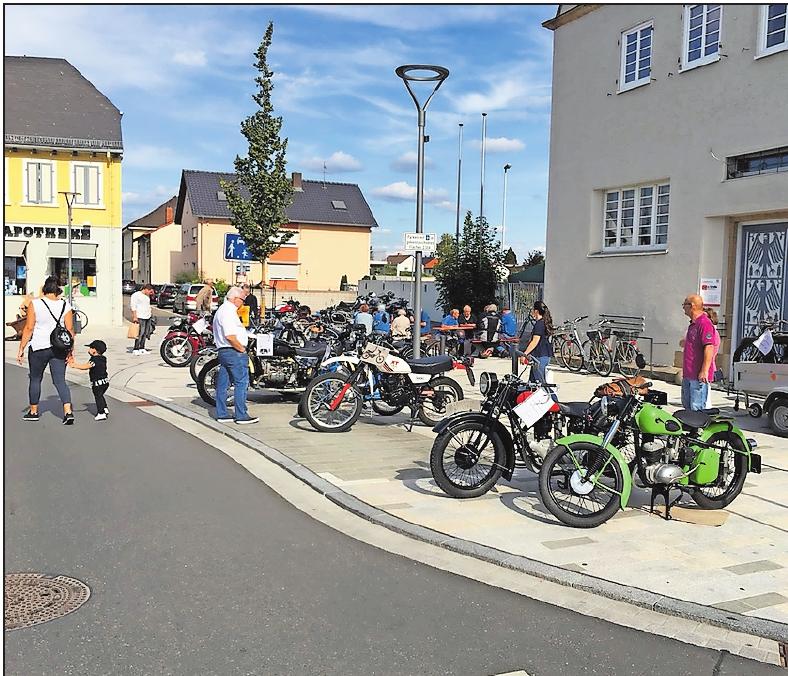 Oldtimer-Motorräder sind am Kerwesonntag in der Ludwigshafener Straße zu sehen. FOTO:MICHAEL HEMBERGER/FREI