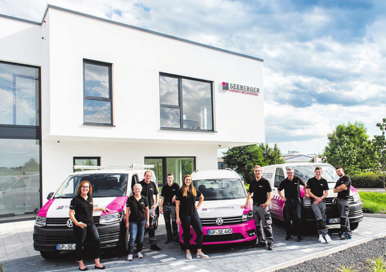 Das Team der Firma Seeberger vor dem neuen Gebäude in Schlierbach, das im Mai eingeweiht wurde. Fotos: Fokus-F