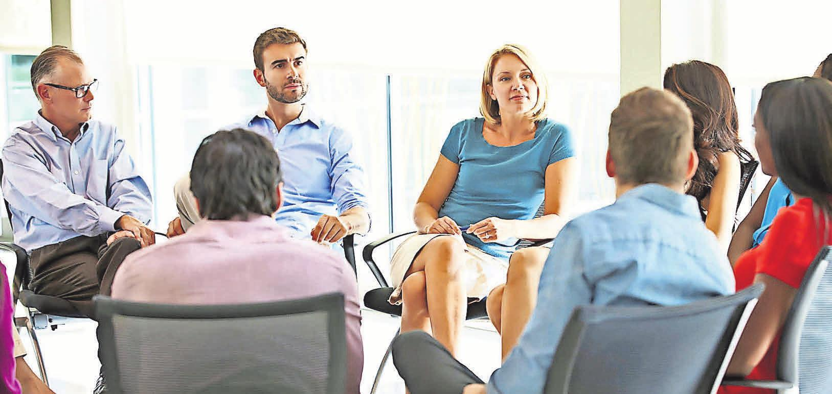 Ob im Meeting oder am Schreibtisch - Büroarbeit ist meist Sitzarbeit. FOTO: DJD/OFA BAMBERG/THX