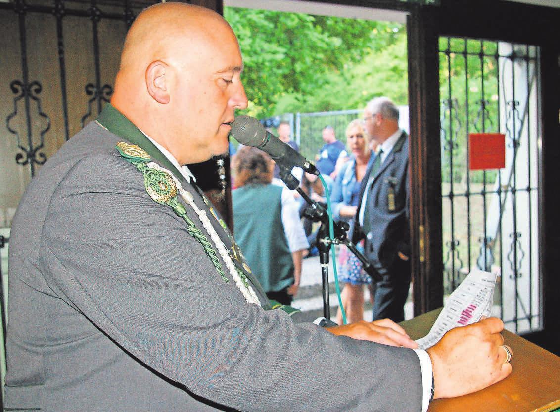 Jugendleiter Andreas Droßmann gibt die Majestäten seiner Abteilung bekannt.