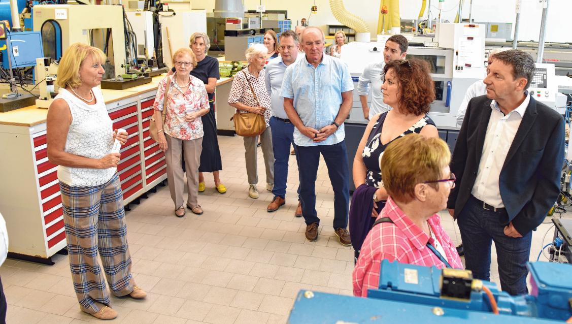 Führungen durch die Produktion gehörten zum Programm bei der Einweihung; links im Bild Geschäftsführerin Hildegard KreidlerFOTOS: LIS