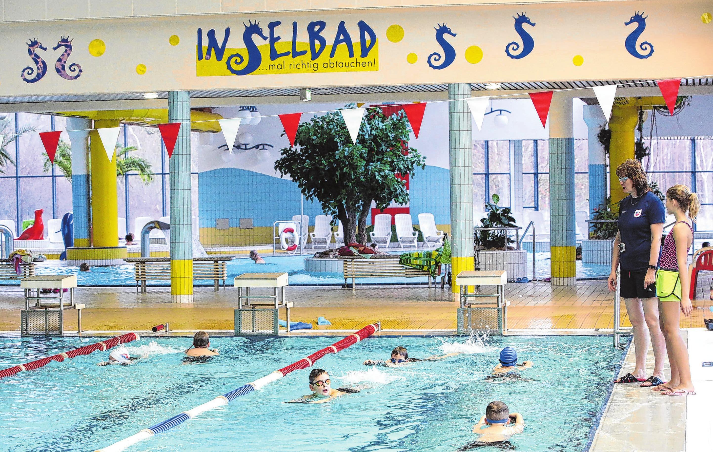 Das Inselbad wird auch gern von Schulen für den Schwimmunterricht genutzt, ebenso von Vereinen. Polizei und Bundeswehr haben hier Dienstsport. Foto: Archiv
