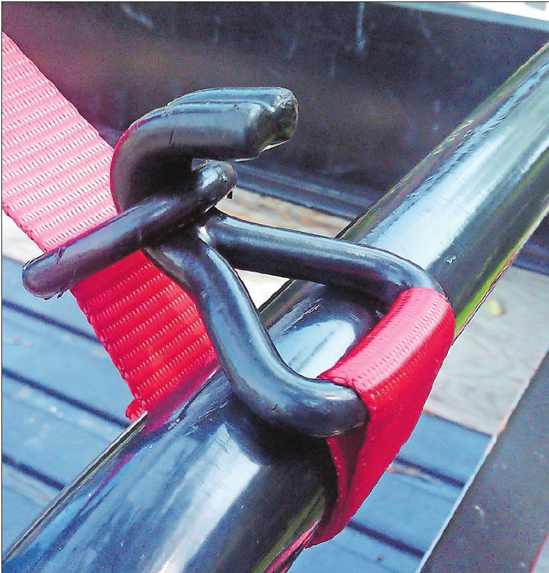 Es ist praktisch, wenn die Sicherungsgurte eigene Verankerungsmöglichkeiten mitbringen, denn nicht in jedem Autoanhänger oder Transporter sind genügend Ankerpunkte eingebaut