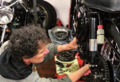Schrauber aus Berufung: Steffan Hamer repariert das Getriebe einer alten BSA
