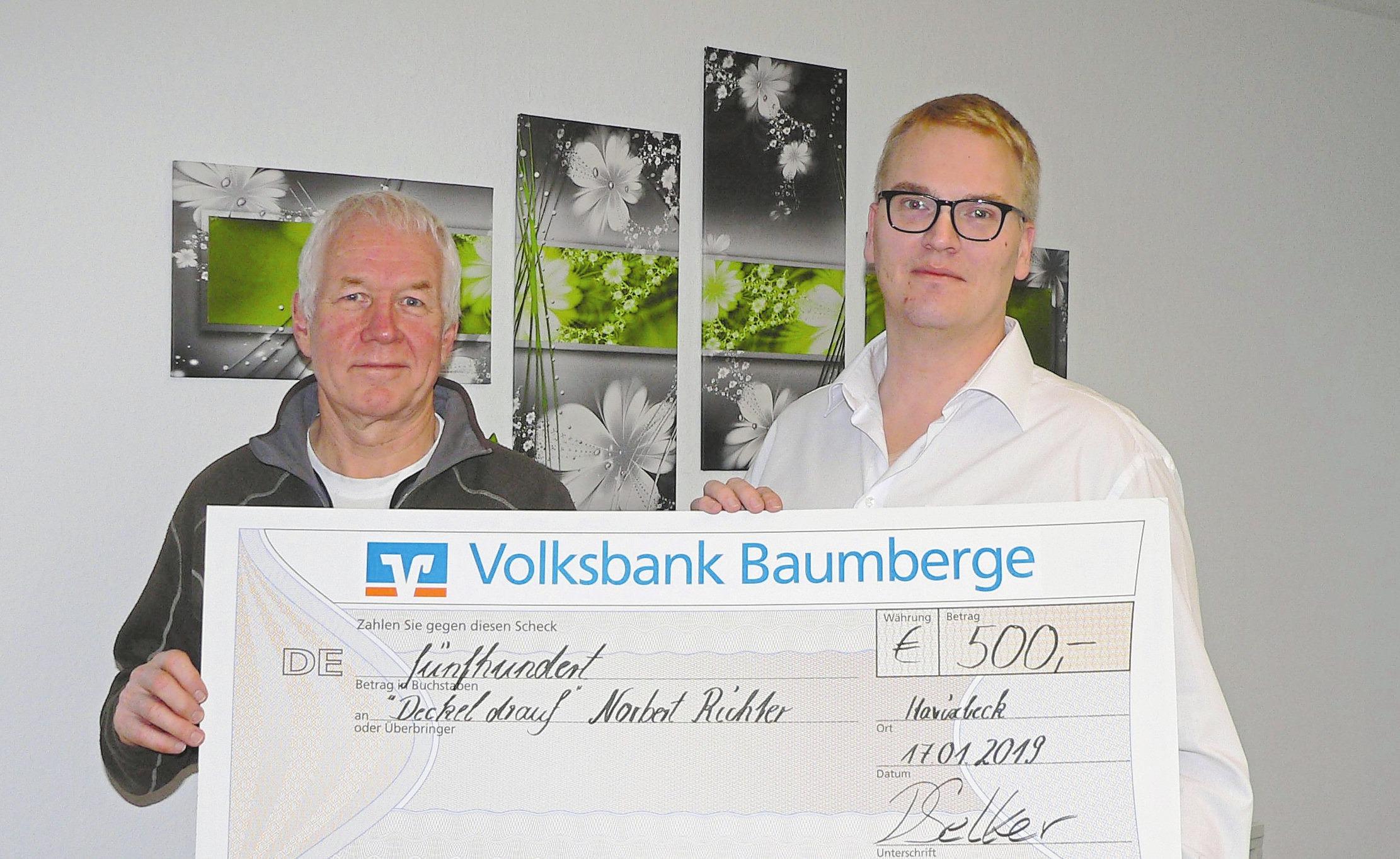 """Norbert Richter (l.) freut sich über die Spende für die Initiative """"Deckel gegen Polio"""", die ihm Dominik Selker überreichte. Foto: Dorothee Harbers"""