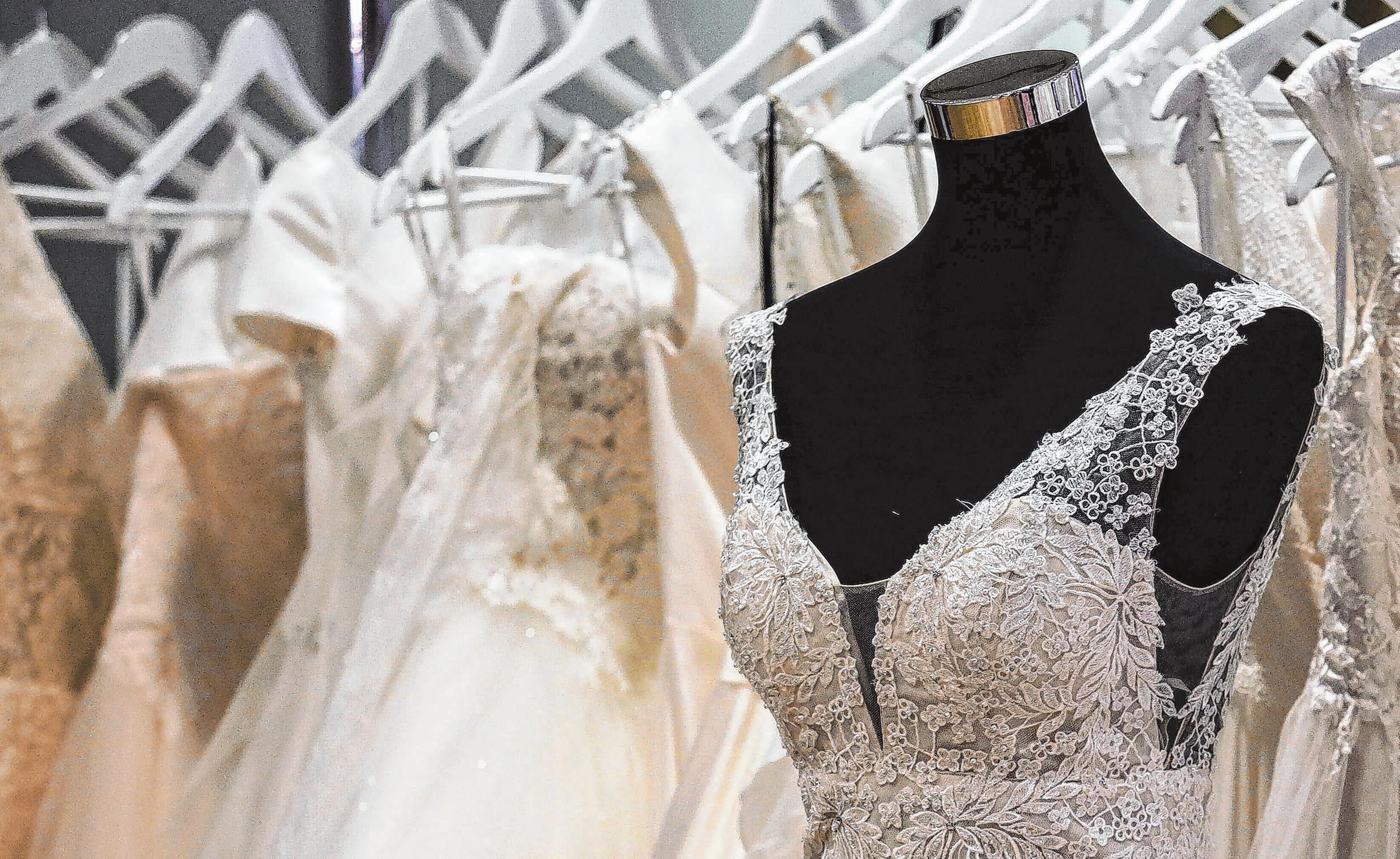 Neue Brautkleider stehen in jeder Saison zur Wahl. Aber auch die Modelle der vorigen Saison sind chic und können mit individuellen Veränderungen und Accessiores aufgepeppt werden. Foto: Archiv