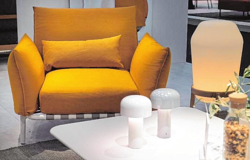 Die Farbe Gelb findet sich zunehmend im Wohnraum. Ein Sessel – hier von Dedon – bietet sich für den starken Farbton besonders an und kommt in Kombination mit einer farblich neutral gehaltenen Couch gut zur Geltung.