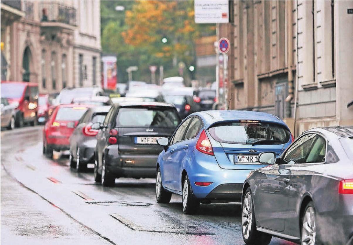 Im Sinne der Klimaneutralität muss der Autoverkehr massiv zurückgebaut werden, findet Anja Bierwirth vom Wuppertal Institut.