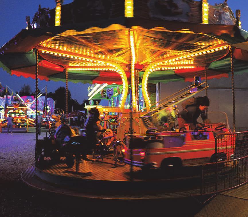 Karussellfahren am Abend macht Spaß. FOTOS: PRIVAT