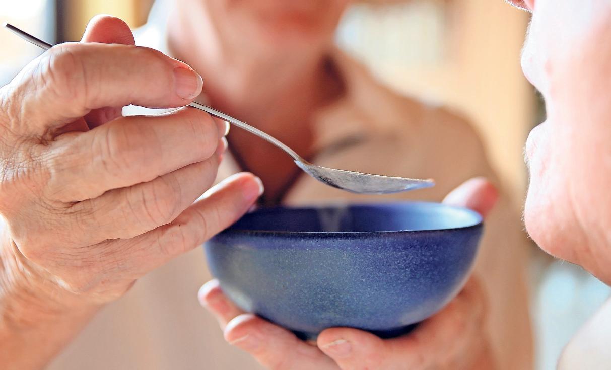 Ein Großteil der älteren Menschen geht davon aus, im Alter ohne Pflegezurecht zukommen. Doch es lohnt sich, für den Fall der Fälle einen Plan definiert zu haben. Foto: Mascha Brichta/dpa-tmn
