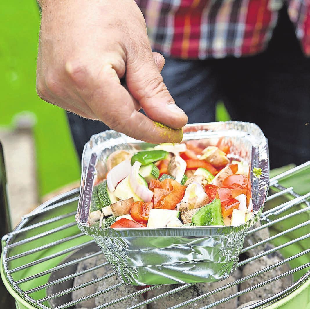 Tomaten können mit einer Marinade aus Olivenöl, Basilikum und Knoblauch gewürzt werden. Fotos (2): Pressebüro Obst & Gemüse – 1000 gute Gründe