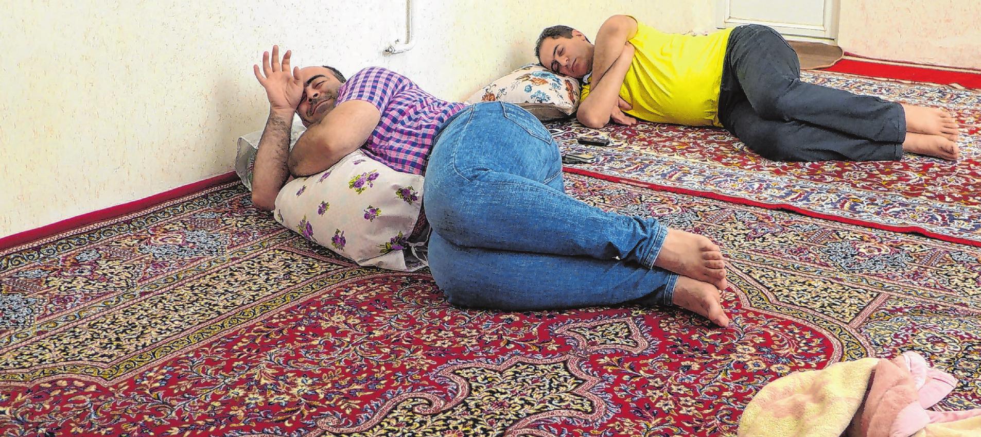 Blick in ein Wohn- und Schlafzimmer im Iran in der Region Lorestan: Nach dem Mittagessen legt man sich für ein Schläfchen hin. Foto: Reza Ranjbar