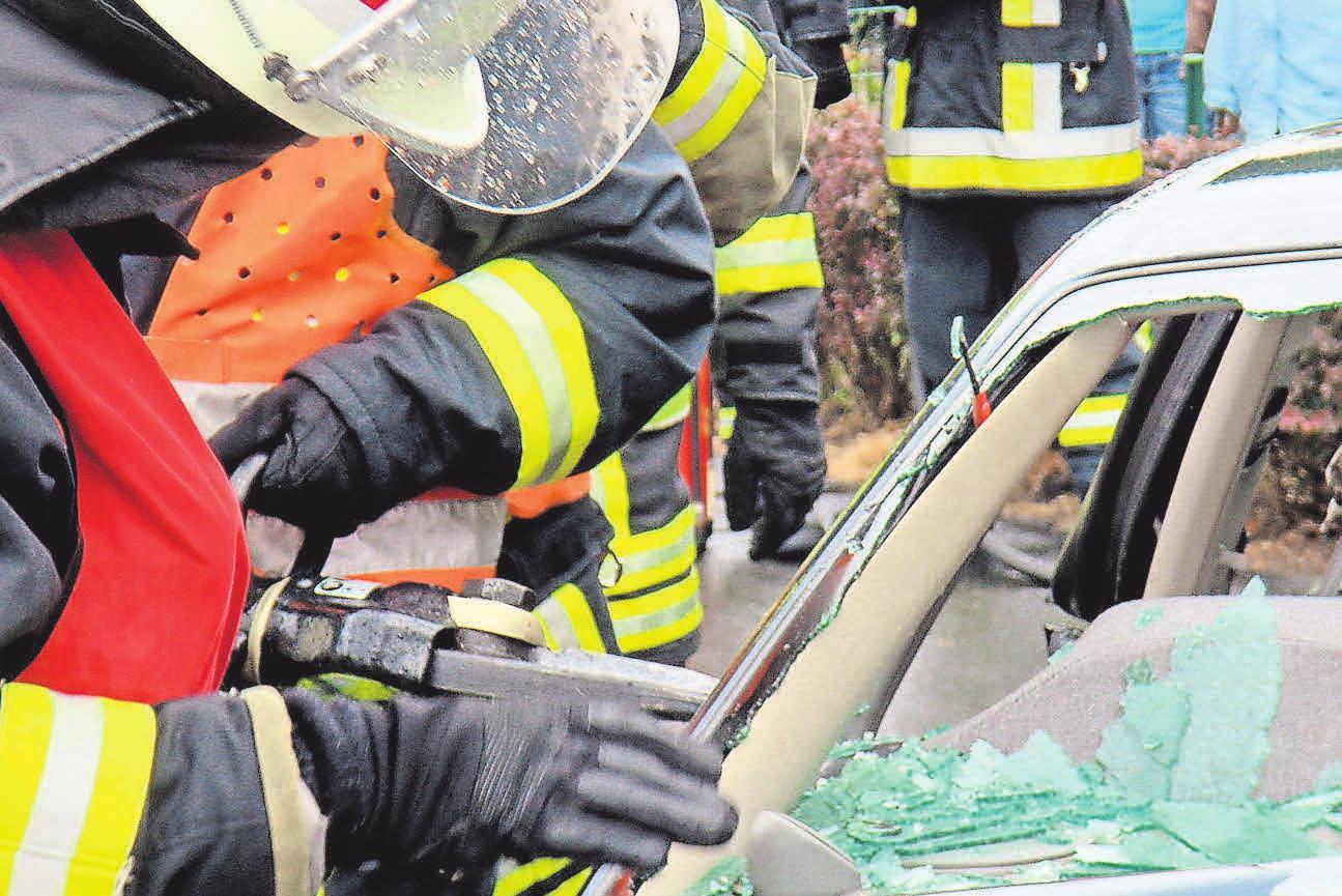 Der öffentliche Dienst beschäftigt Feuerwehrleute, die in vielen Situationen helfen. Foto: Pixelio.de, Jens Bredehorn