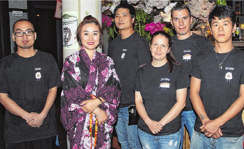 Die Zubereitung des umfangreichen Angebotes erfordert viel Erfahrung. Sushimeister Kyaw (li.) hat sie. Neben ihm Betreiberin Yu Bai.