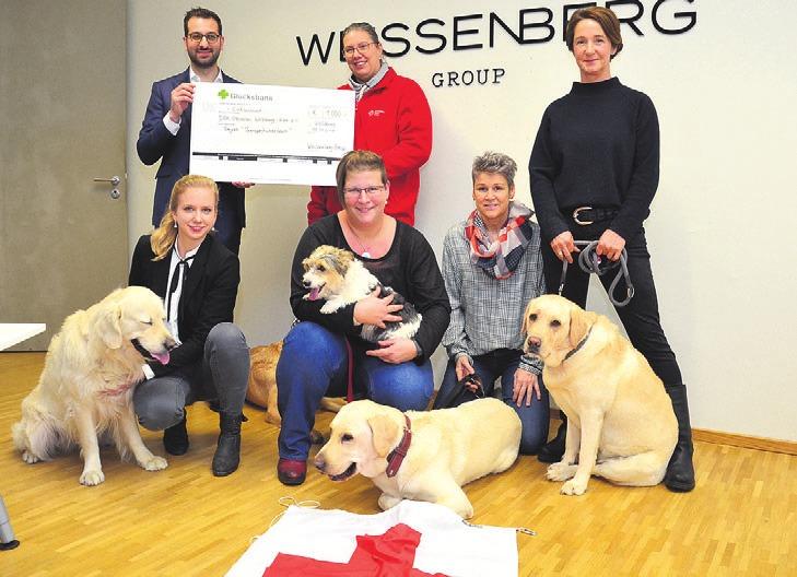 Milad Safar überreichte an das Therapiehundeteam des DRK die Spende der Weissenberg Group. Foto: of