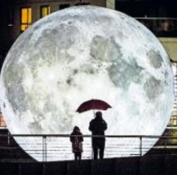 Leuchtender Mond: Installation zum Auftakt des Kultursommers.  Foto: Carl Milner/frei