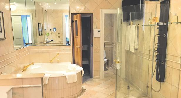 Im edlen Badbefindetsich nichtnur einePrivatsauna, sondernzudem eine Jacuzzi-Badewanne. Bild: Büge