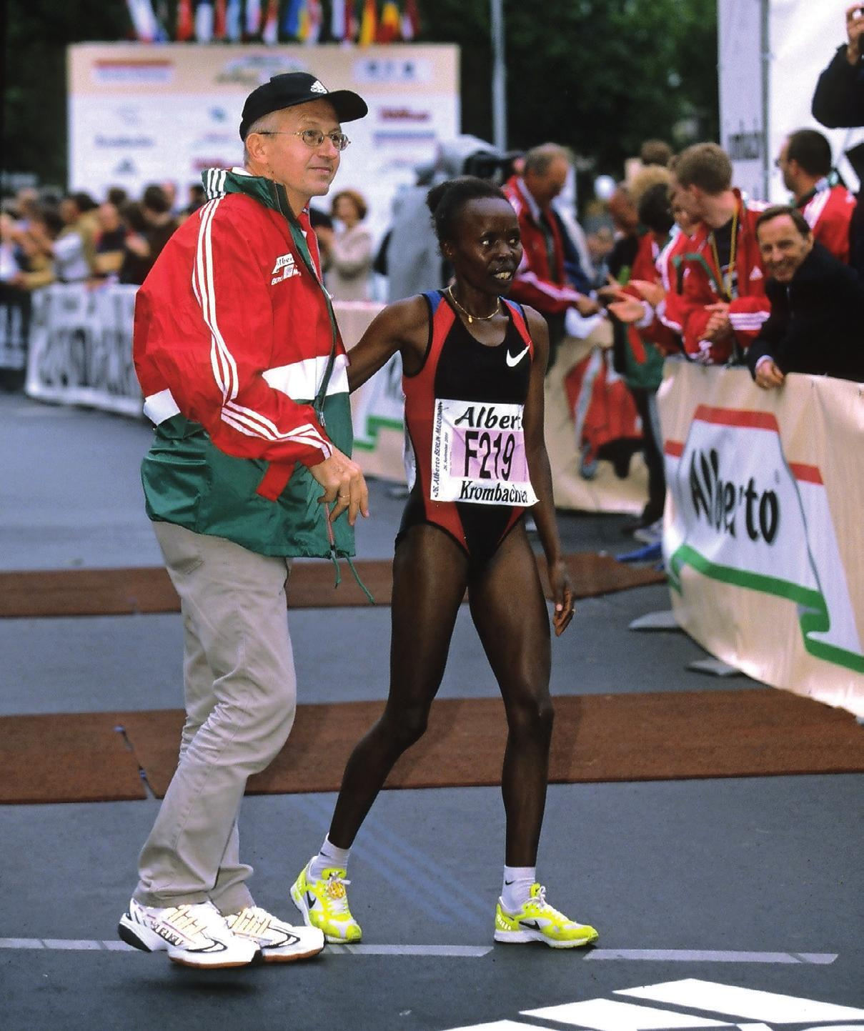 Tegla Loroupe mit Horst Milde nach dem Berlin-Marathon 1999