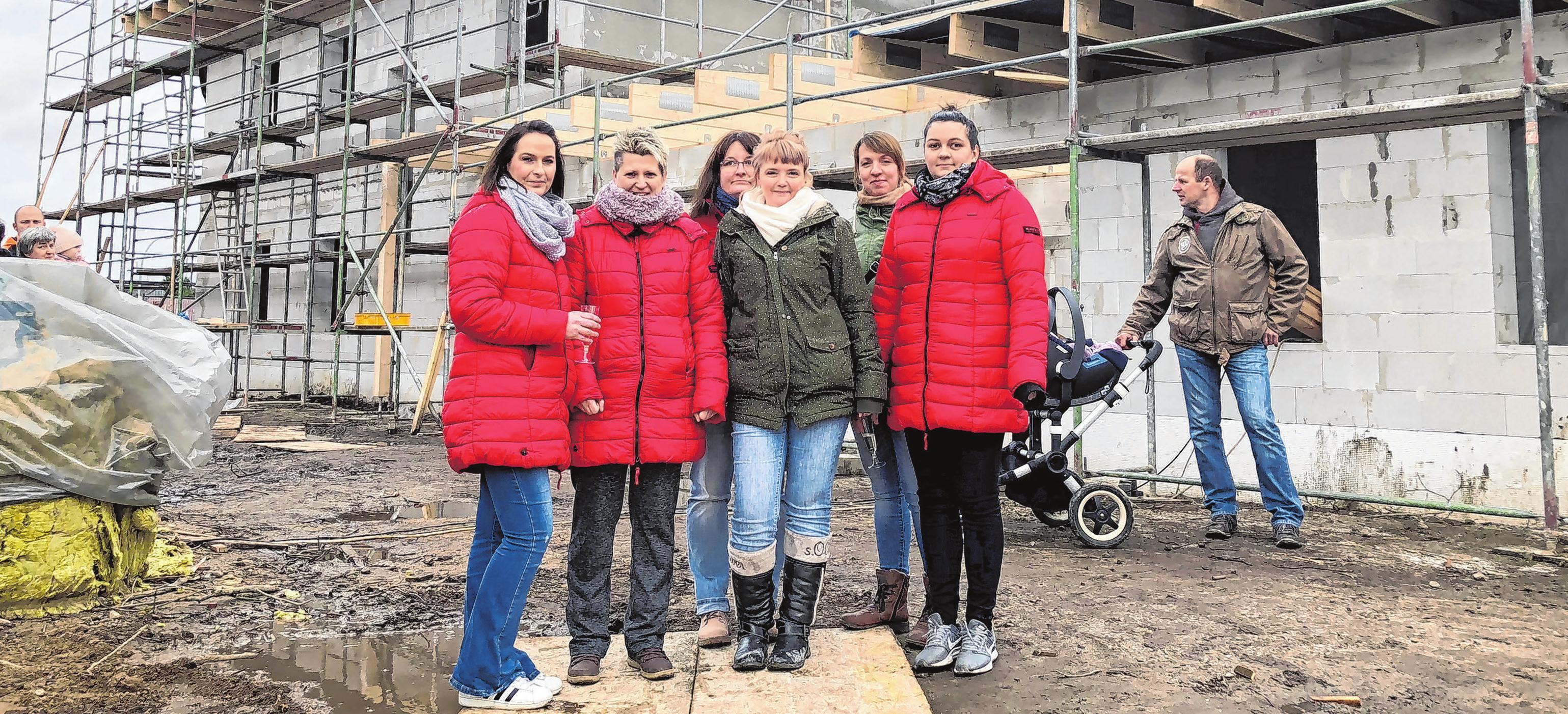 Beim Richtfest voller Vorfreude: Jacqueline Schauland, Mandy Gebert, Claudia Tischer, Nina Kawaletz-Gläntz, Jeniffer Helberg und Laura Feuerherrn (von links). Foto: kus