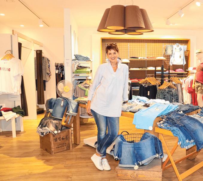 Bettina Staib, Mitarbeiterin bei Outfit Trend, zeigt sommerliche Herrenmode. FOTOS (4): ROSA LANER