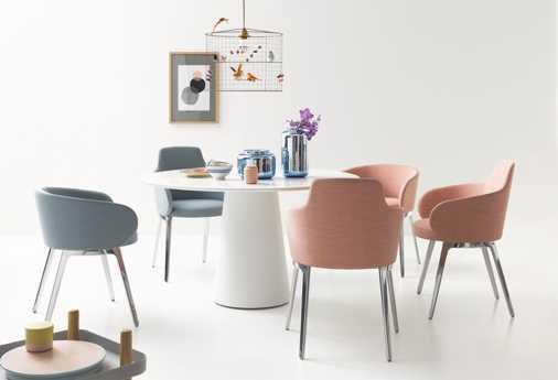 Beinfreiheit: Durch die auffällige Mittelsäule können Gäste an dem Tisch von Conic gut sitzen. (Stühle von Roc).