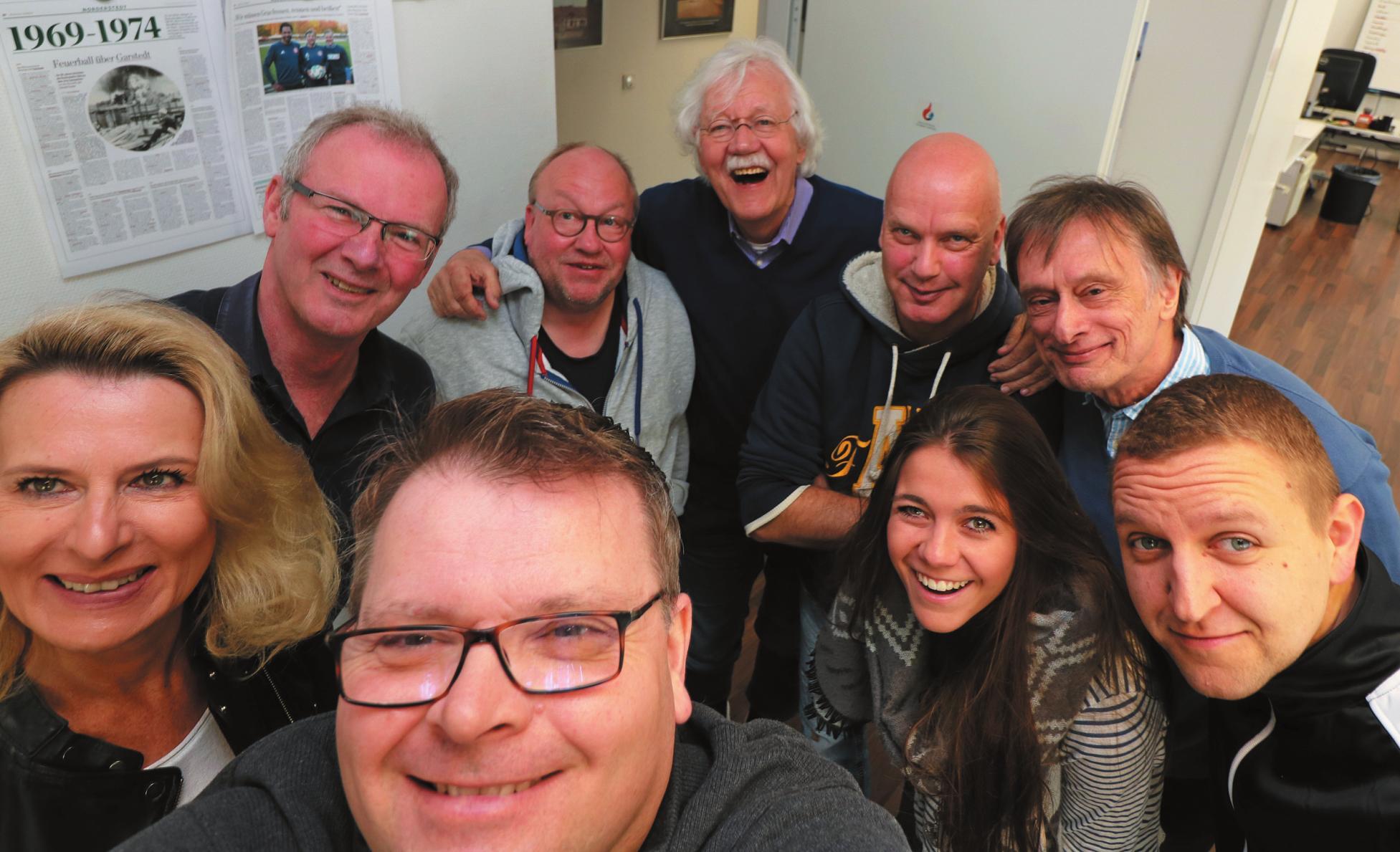 Selfie der Regionalredaktion des Abendblattes in Norderstedt mit Ex-Reporter Carlo von Tiedemann (Mitte). FOTO: ANDREAS BURGMAYER