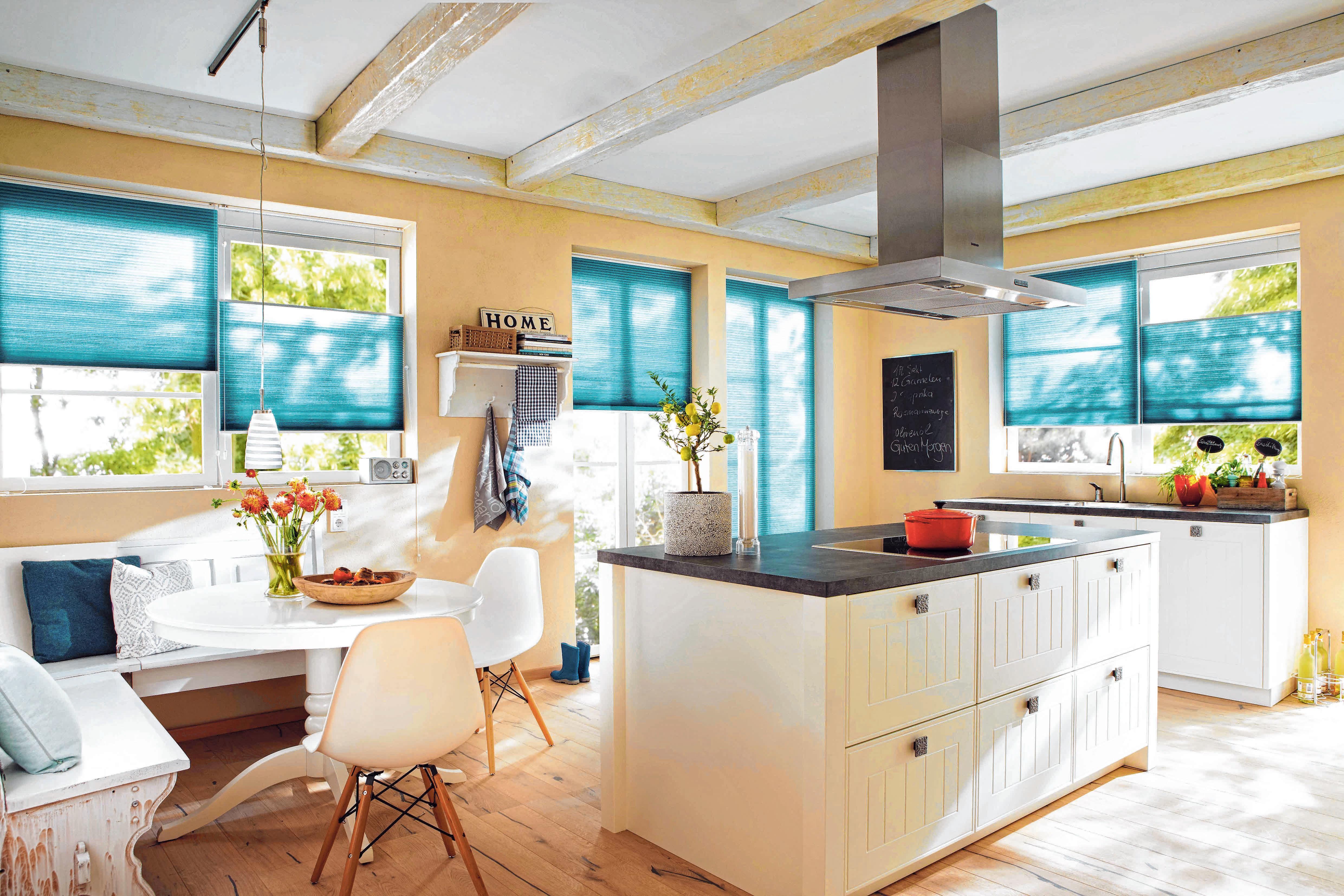 Mit trendigen Farben und individuellen Designs setzt die Fensterdekoration auch optische Akzente<div>im Zuhause. FOTO: DJD/JALOUCITY.DE/HUNTER DOUGLAS</div>