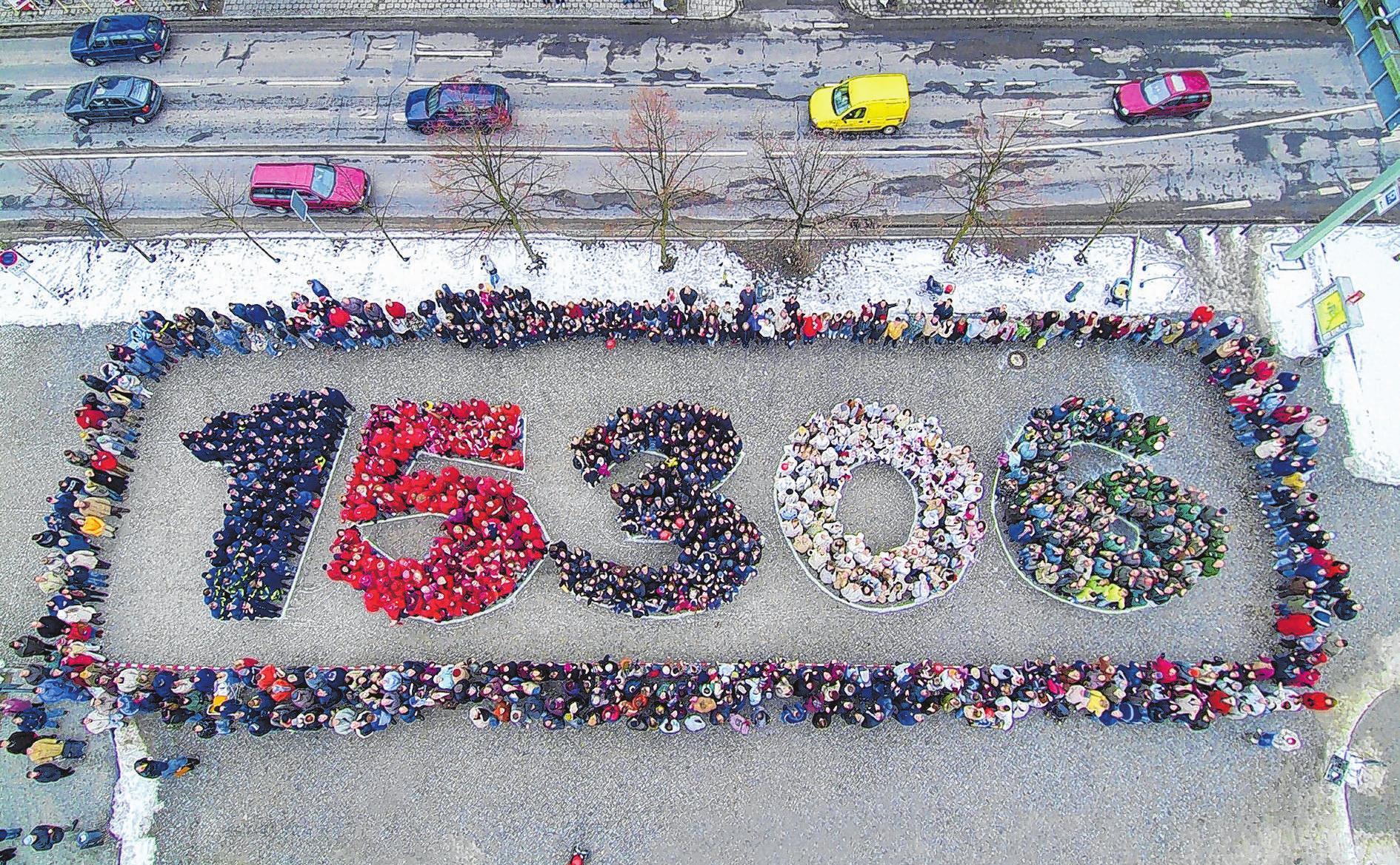 Vorbild für das Jahrhundertdatum in Neuhardenberg ist eine ähnliche Aktion in Seelow, bei der im Jahre 2006 zahlreiche Menschen auf dem Marktplatz die Postleitzahl der Kreisstadt stellten. Foto: Johann Müller