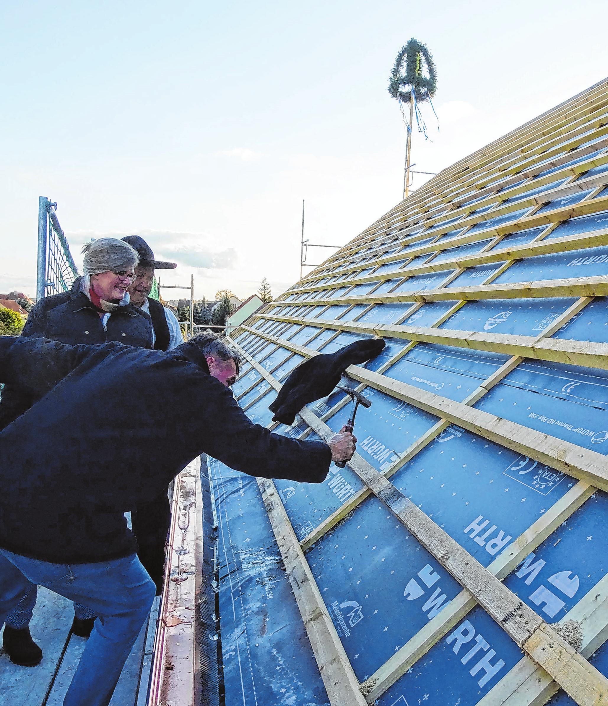 Wie es Brauch ist, schlägt der Bauherr beim Richtfest den letzten Nagel in den Dachstuhl. Fotos (2): Christine Schilg