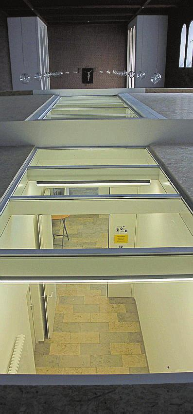 Von oben kann man einen Blick durch die Glasflächen auf den Gang im Gemeindezentrum werfen.