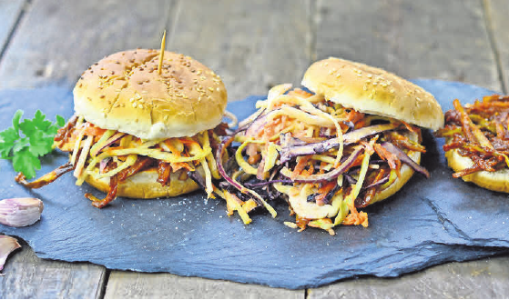 Wie wäre es mit einer Bananensoße für den Burger? Süße und Würze passen gut zusammen, sagen Köche. Foto: Imke Leber/ dpa-mag