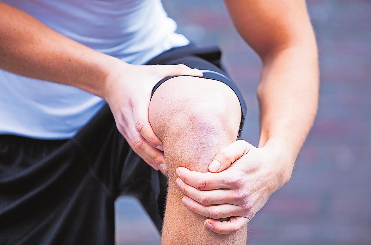 Wenn das Knie schmerzt, können leichte Übungen hilfreich sein. FOTO: DPA/TMN