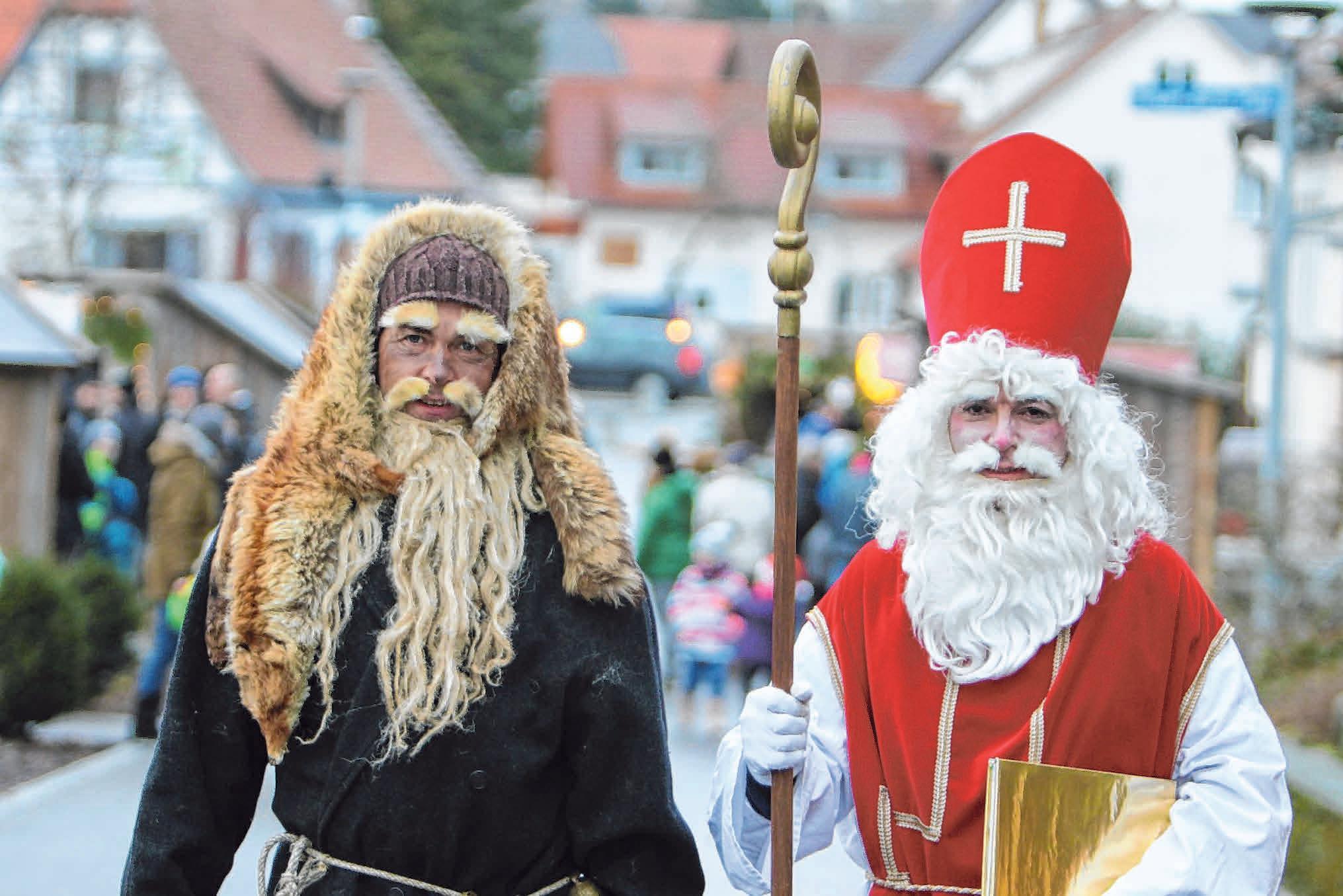 Auch wenn Knecht Ruprecht im wärmenden Fuchspelz in Ostrach vorbeischaut, fuchsteufelswild wird er dennoch nicht. Dafür sorgt schon der Nikolaus. Das Niko- Gespann wird um 16 Uhr erwartet. FOTOS: NICOLE FRICK (3) / PR