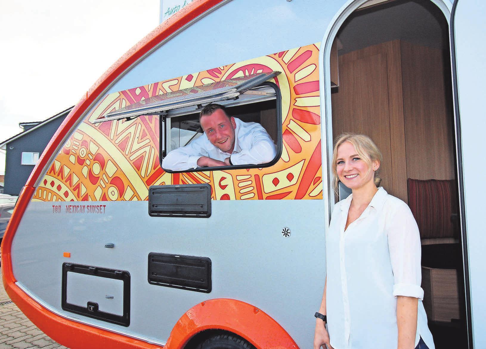 Platz ist im kleinsten Caravan, wie Nina Michalzik und Tim Schneider demonstrieren. Foto: pa