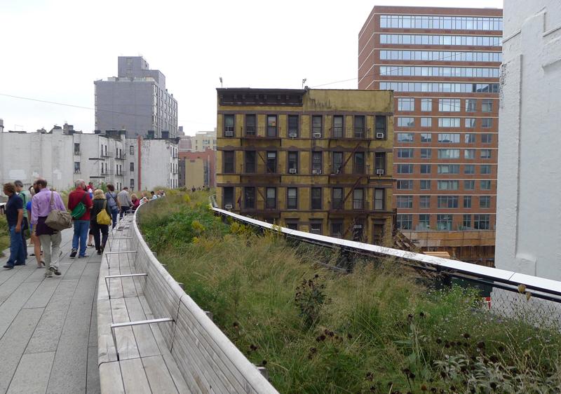 New York hat eine ehemalige Güterzugtrasse zur grünen Zone entwickelt. Der Highline Park ist ein Magnet für Einheimische und Touristen.