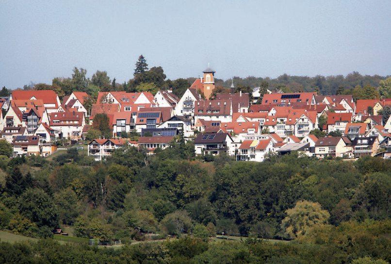 Die idyllische Lage auf der Hochfläche zwischen Wiesen und Feldern und die gute Erreichbarkeit der Tübinger Kernstadt machen Pfrondorf zu einem begehrten Wohnort. Bild: Rathaus Pfrondorf