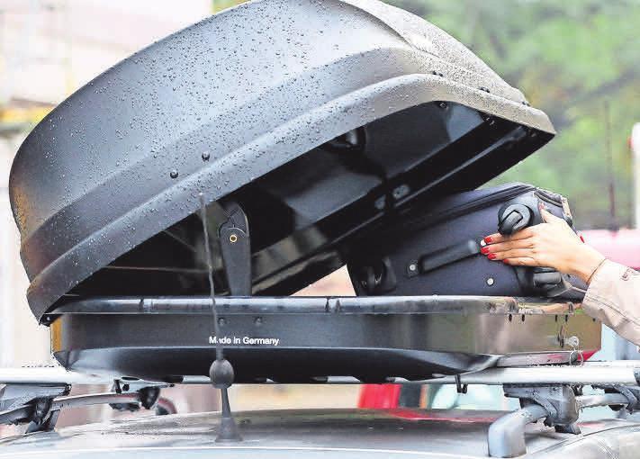Nach den Ferien sind Dachboxen besser wieder abzunehmen, um den Verbrauch zu senken. Foto: Bodo Marks/ dpa-mag