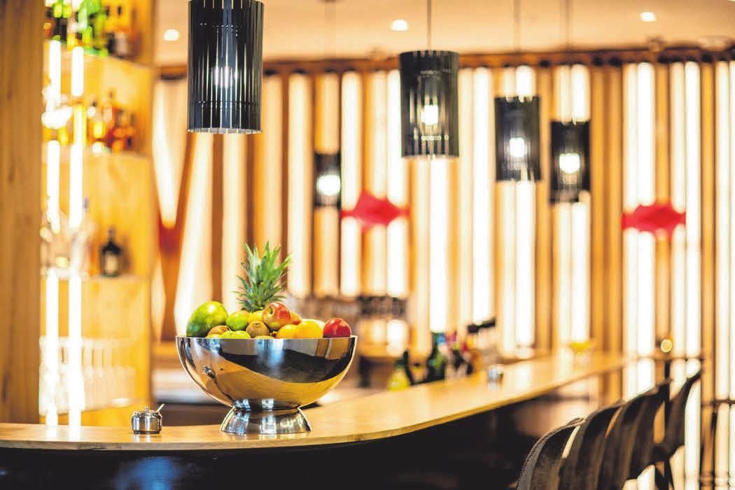 An der Bar können Einheimische mit Hotelgästen ins Gespräch kommen. FOTO: FLORIAN FALCH