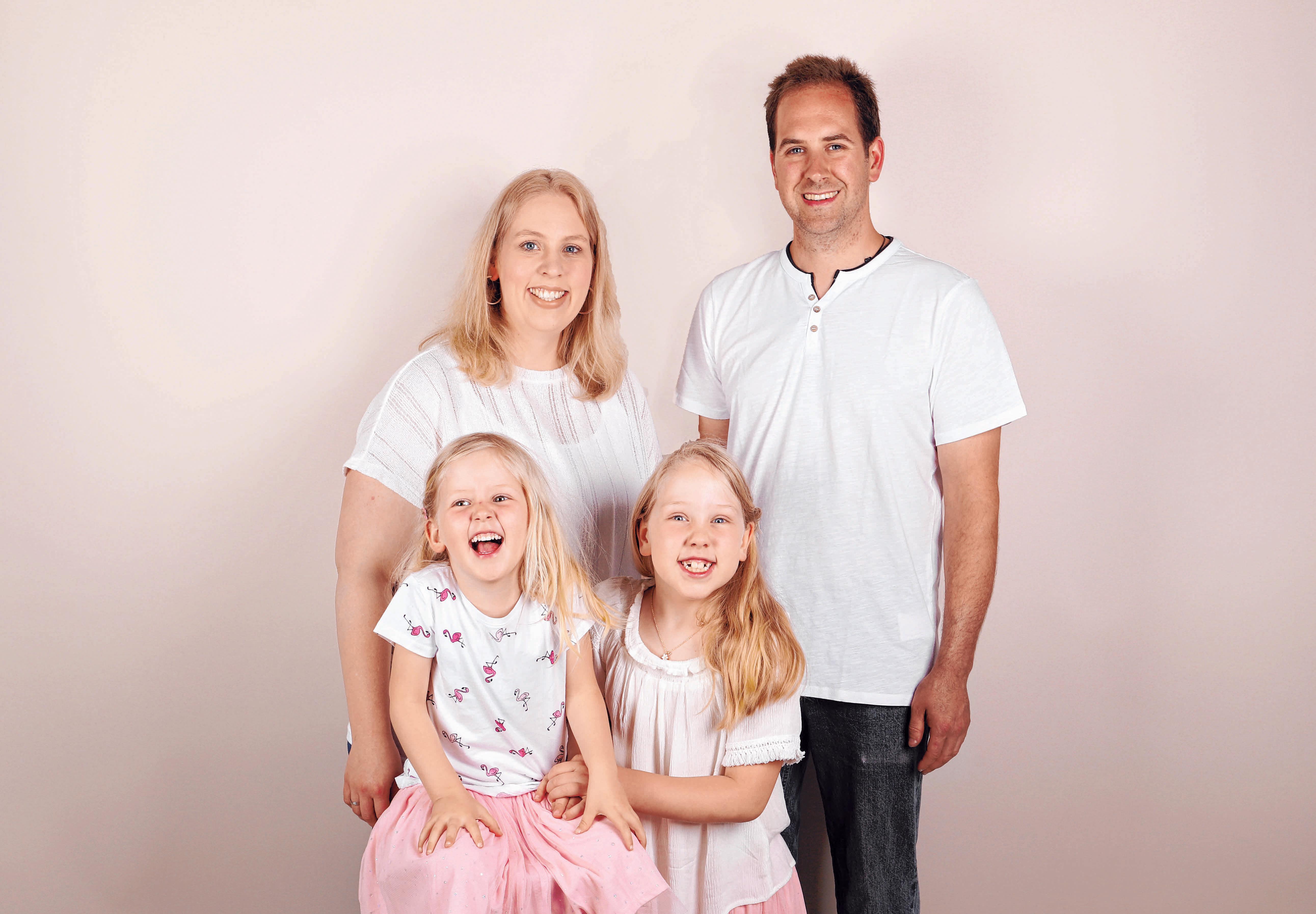 """Franziska und Pierre Reisinger freuen sich mit ihren beiden Töchtern auf die Eröffnung des neuen """"Naturzwergenreichs"""". FOTO: ZARTBITTER-DESIGN"""