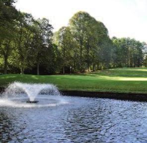 Wasserflächen, wie hier in Ahrensburg, sind vor allem mentale Hindernisse und fordern zum platzierten Spiel heraus