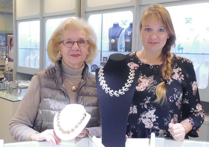 Dorit Glasner (links) und ihre Mitarbeiterin Stefanie Löhr vom Schmuck Studio Pinneberg wissen, welcher Schmuck als Weihnachtsgeschenk angesagt ist Foto: Skibbe