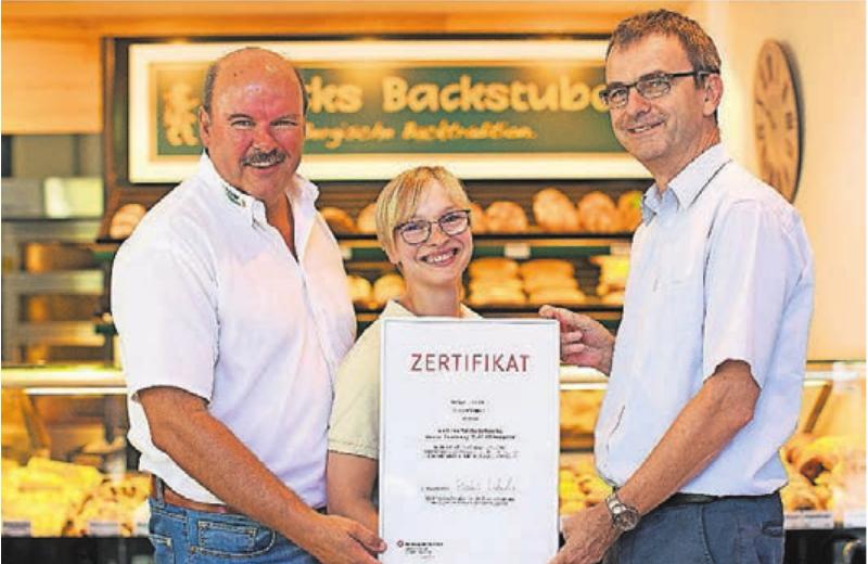 2018 erhielt Bäckermeister Dirk Polick (l.) das Inklusionszertifikat der Arbeitsagentur. Hier die Übergabe mit Verkäuferin Caroline Jäger und Martin Klebe, dem Chef der Arbeitsagentur Solingen-Wuppertal